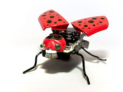 escultura mosca roja