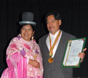 Víctor Montoya condecorado por una concejal del Municipio de la ciudad de El Alto