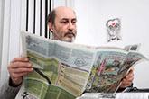 Gerardo Burton leyendo la prensa